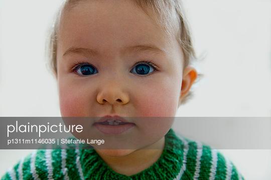 Portrait von Kleinkind mit gestreifter Strickjacke - p1311m1146035 von Stefanie Lange