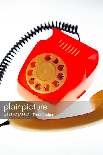Altes rotes Spielzeugtelefon - p415m2125642 von Tanja Luther