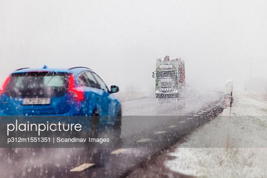 plainpicture | Photo library for authentic images - plainpicture p312m1551351 - Car and truck on road in wi... - plainpicture/Johner/Scandinav Images