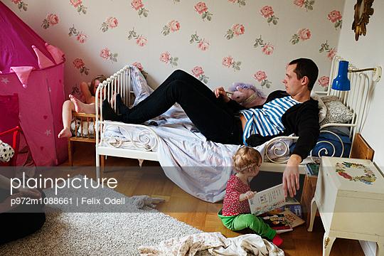 Vater und Töchter im Kinderzimmer - p972m1088661 von Felix Odell