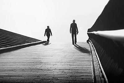 Zwei Fußgänger an den Landungsbrücken - p1696m2294460 von Alexander Schönberg