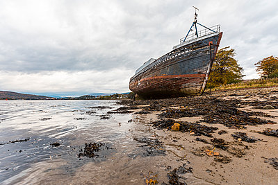 UK, Scotland, ship wreck run aground next to Fort William in the Scottish Highlands - p300m2013246 by William Perugini