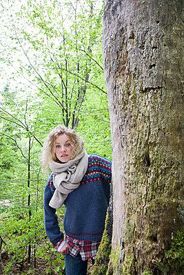 Junge Frau am Baum - p3800136 von Katja Zimmermann
