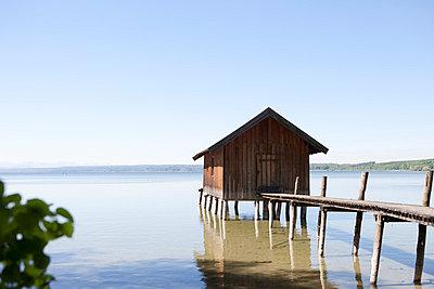 Alte Hütte am See - p4350140 von Stefanie Grewel