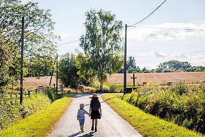 Kinder auf einer Landstraße - p756m1181644 von Bénédicte Lassalle