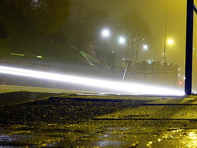 Lichtstrahl eines Autoscheinwerfers - p9791576 von Ballein