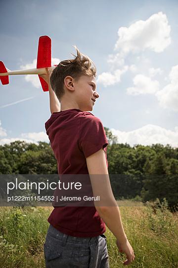 Kind mit Spielflugzeug - p1222m1154552 von Jérome Gerull