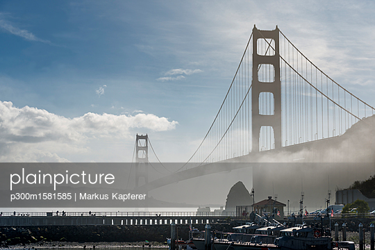 USA, California, San Francisco, Golden Gate Bridge and fog, seen from Horseshoe Bay - p300m1581585 von Markus Kapferer