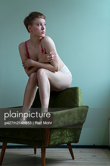 Longing young woman - p427m2149883 by Ralf Mohr