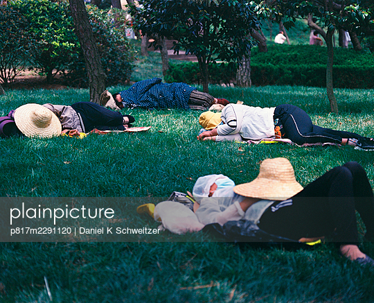 Group of Asians sleep in a park - p817m2291120 by Daniel K Schweitzer