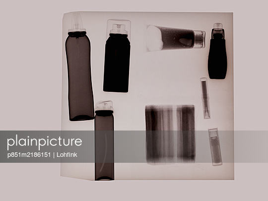 X-ray image, Toiletries - p851m2186151 by Lohfink