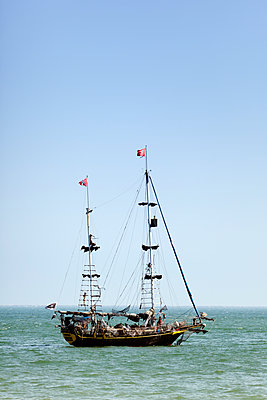 Pirate ship sailing in ocean against clear sky - p1094m1209112 by Patrick Strattner