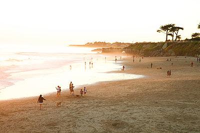 Strandleben bei Sonnenuntergang - p1106m1589468 von Angela DeCenzo
