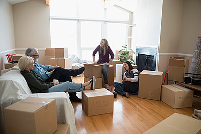 Parents taking a break, helping lesbian couple moving into new house - p1192m1560016 by Hero Images