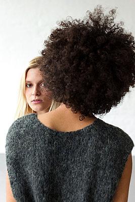Rückansicht einer Frau mit Afro Look - p1301m2020289 von Delia Baum