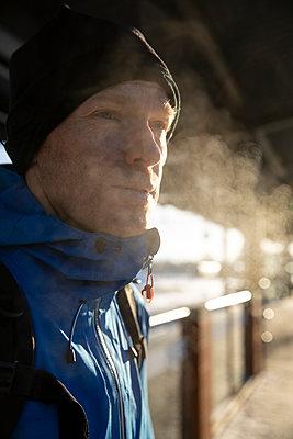 Man waiting at train station in winter - p1687m2278471 by Katja Kircher