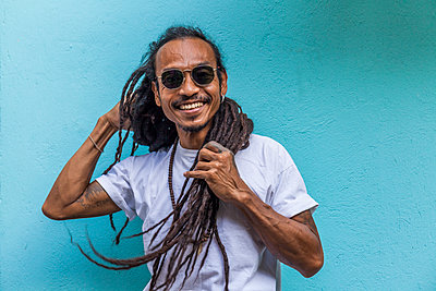 Portrait of smiling mature man with dreadlocks - p300m2144809 von Tom Chance