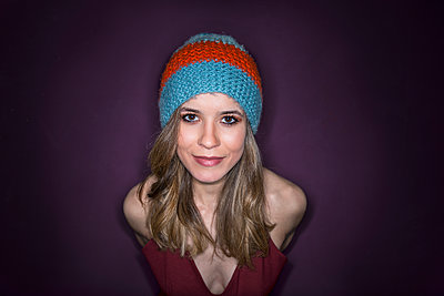 Young woman wearing knit cap - p427m2063103 by Ralf Mohr