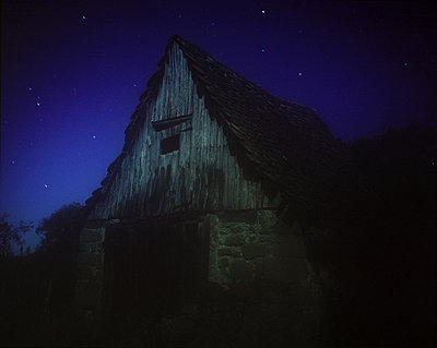 Deserted shed under starry sky - p945m1195428 by aurelia frey