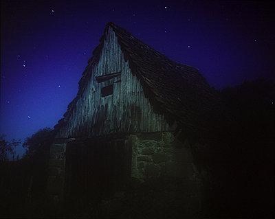Verlassener Schuppen bei Nacht - p945m1195428 von aurelia frey