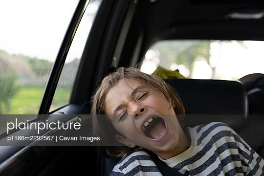 Kid screaming in car on the road trip - p1166m2292567 by Cavan Images