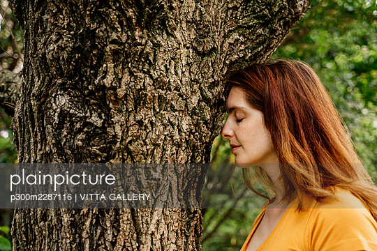 Barcelona, Spain. Young woman relaxing outdoors in garden. Relax, garden, work from home, stay at home, home, work, home office, relax, chill, free time, leisure - p300m2287116 von VITTA GALLERY