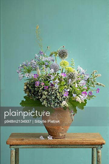 Bunter Blumenstrauss mit Hortensie in Tonkrug - p948m2134937 von Sibylle Pietrek
