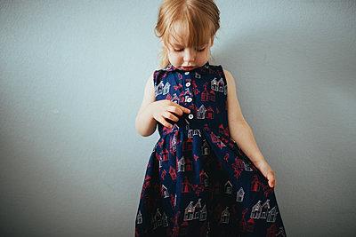 Kleines Mädchen im bedruckten Kleid - p1414m1590613 von Dasha Pears