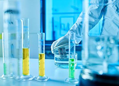 Chemist working in chemical laboratory - p300m2005663 von Christian Vorhofer