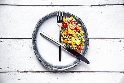 Bulgar salad on round plate, symbol for intermittent  fasting - p300m2013021 von Sandra Roesch
