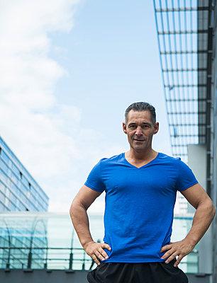 Germany, Baden-Wuerttemberg, Mannheim, confident mature man in sportswear - p300m950899f by Uwe Umstätter