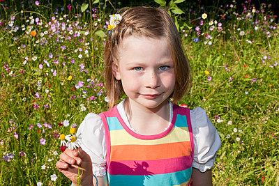 Little girl with flowers - p570m866190 by Elke Röbken