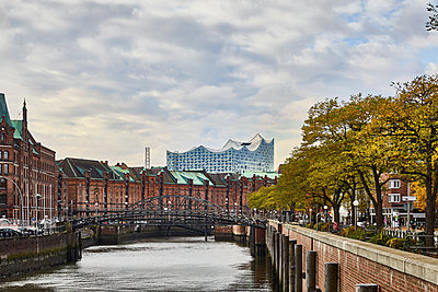 View of Speicherstadt and Elbe Philharmonic Hall - p851m1214791 by Lohfink