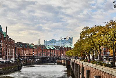Blick auf die Speicherstadt und die Elbphilharmonie - p851m1214791 von Lohfink