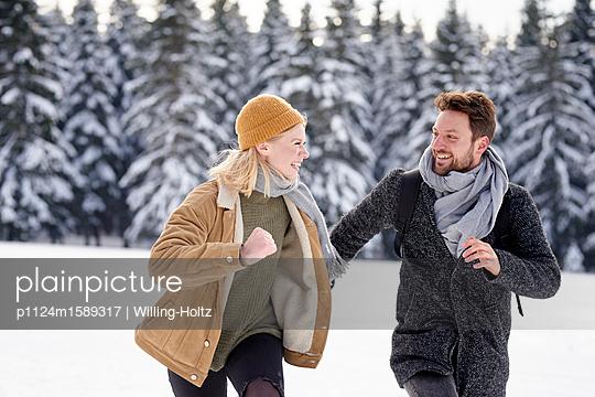 Junges Paar tobt im Schnee herum - p1124m1589317 von Willing-Holtz