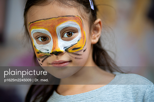 Children's party, girl with face painting - p1625m2245009 by Dr. med.