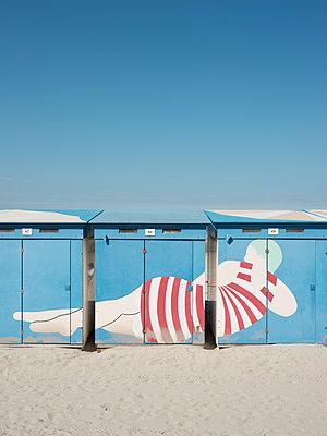 Frau im Badeanzug auf Strandhäuschen gemalt - p1383m2026482 von Wolfgang Steiner
