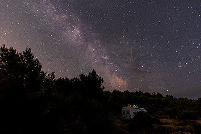 Croatia,  Motor home under the starry sky - p1600m2211913 by Ole Spata