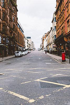 Verlassene Straße in Glasgow - p432m2090020 von mia takahara