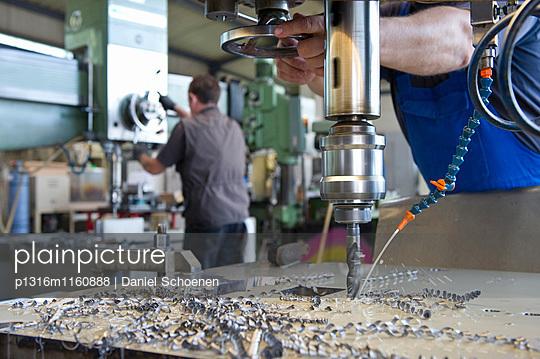 Bor- und Fräsmaschine in einer Werkzeugbaufirma nahe Karlsruhe, Baden-Württemberg, Deutschland - p1316m1160888 von Daniel Schoenen