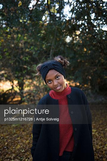 Junge Frau im herbstlichen Park - p1325m1216728 von Antje Solveig