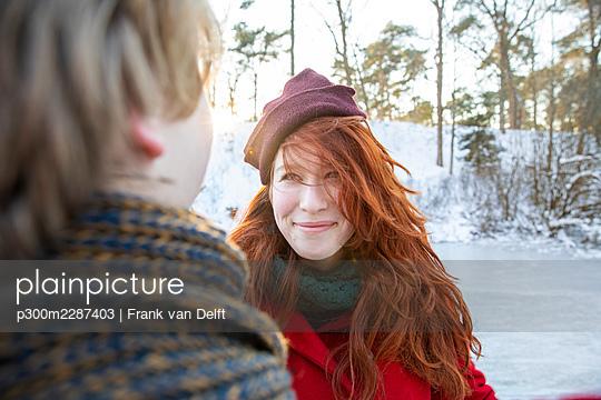 Netherlands, Vught, Vughtse Hei, ginger girl and boyfriend iceskating - p300m2287403 von Frank van Delft