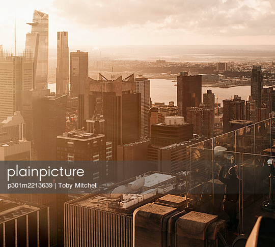 Sunny highrise cityscape, New York City, New York, USA - p301m2213639 by Toby Mitchell