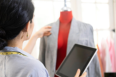 Fashion designer working in atelier - p1166m2297413 by Cavan Images