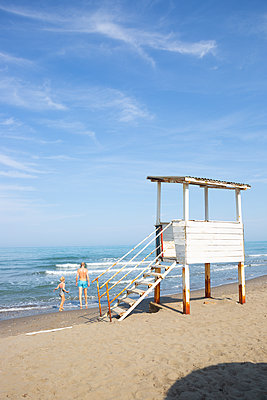 Tourists at the General's Beach in Albania - p454m2176601 by Lubitz + Dorner