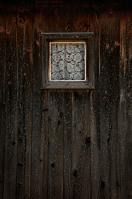 Small window on a farmhouse in South Tyrol - p470m2053083 by Ingrid Michel