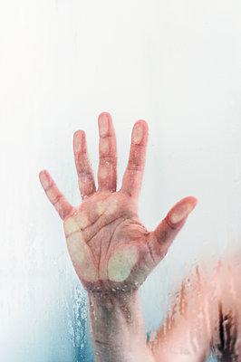 Hand unter der Dusche - p947m2176892 von Cristopher Civitillo