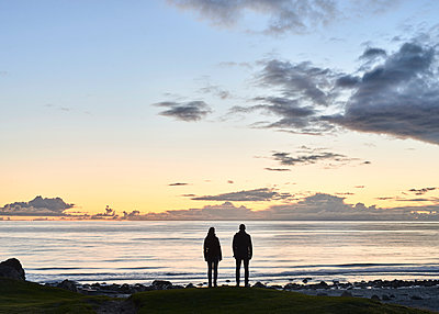 Paar am Strand bei Nacht - p1124m1165669 von Willing-Holtz