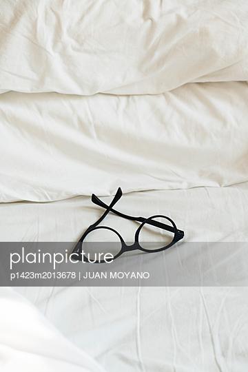 Brille auf einem Bettlaken - p1423m2013678 von JUAN MOYANO