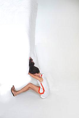 Woman wearing white dress - p1413m2008472 by Pupa Neumann